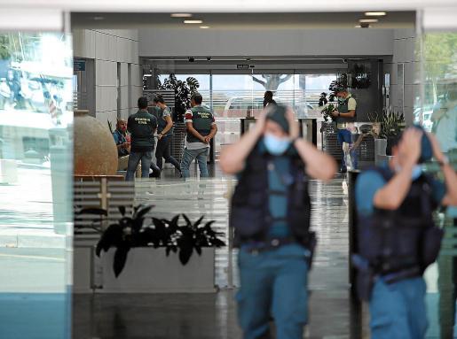 Ayer por la mañana continuaron los registros en la sede de la Autoritat Portuària de Palma. Joan Gual y los otros acusados estuvieron presentes, a pesar de que ya se encuentran en libertad con cargos tras pasar una noche en los calabozos. Fotos: PERE BOTA-ALEJANDRO SEPÚLVEDA