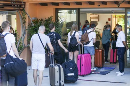 Un grupo de turistas entran a un hotel de Ibiza.