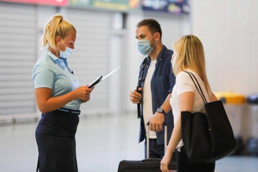 Turistas en el aeropuerto de Ibiza.