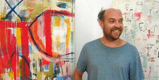 El artista palentino Jesús de Miguel junto a algunas de las obras que se pueden ver en Garden Art Gallery hasta el próximo día 4 de agosto.