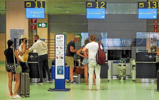 El aeropuerto de Ibiza estaba lleno ayer de ciudadanos británicos que tenían que coger sus vuelos hacia Inglaterra o Escocia. Indignación y desconocimiento entre los más mayores y tranquilidad entre los más jóvenes.