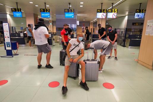Pasajeros ingleses, ayer en el aeropuerto de Ibiza.
