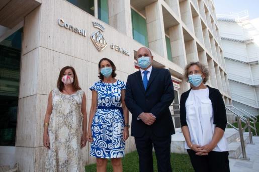 La presidenta Francina Armengol, la ministra Reyes Maroto; Vicent Marí, presidente del Consell de Ibiza, y la delegada del Gobierno en Baleares, Aina Calvo, en Ibiza.