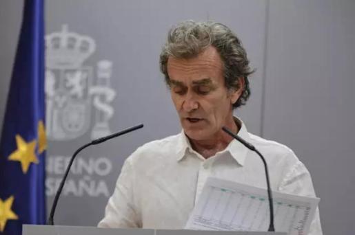 El director del Centro de Coordinación de Alertas y Emergencias Sanitarias (CCAES), Fernando Simón, muestra unos gráficos durante una rueda de prensa para informar de la evolución de la COVID-19, en Madrid (España), a 16 de julio de 2020. - Jesús Hellín - Europa Press