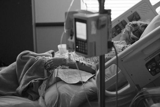 La concurrencia de varios pacientes jóvenes y sanos con un pronóstico de COVID de gravedad llamó la atención de los médicos.