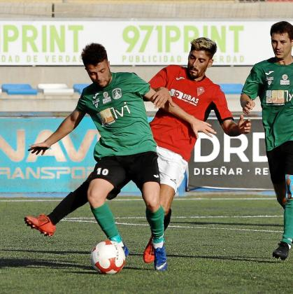JordiSerra protege el esférico durante la final por el ascenso a Tercera División entre el Sant Jordi y el Campos el sábado pasado.