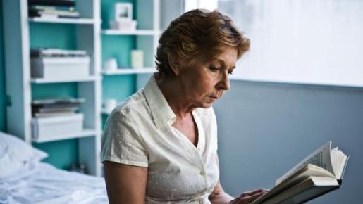 Una mujer, leyendo un libro.