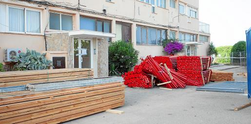 Material para apuntalar el portal 2 de los apartamentos Don Pepe a principios de julio.
