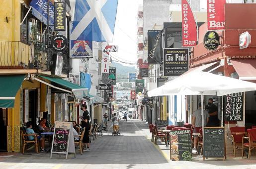El Cas Padrí, a la derecha, es uno de los pocos negocios que han abierto en el carrer de Santa Agnès.