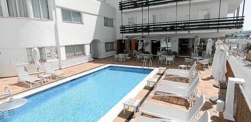 La piscina y la terraza del Hostal Es Mitjorn.