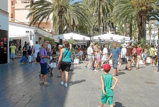 EIVISSA. TURISMO. Turistas paseando ayer, en la entrada del puerto de Vila .
