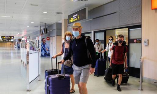 Un grupo de pasajeros, en la terminal del aeropuerto de Ibiza.