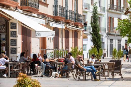 Una terraza llena de gente en Ibiza.