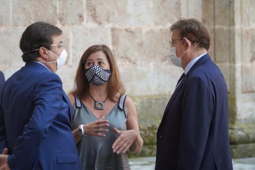 La presidenta de Baleares, Francina Armengol, conversa con los presidentes de Extremadura y la Comunidad Valenciana.