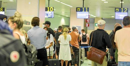 Durante estos días, en el aeropuerto de Ibiza se respira el ajetreo de las salidas de decenas de vuelos hacia Reino Unido.