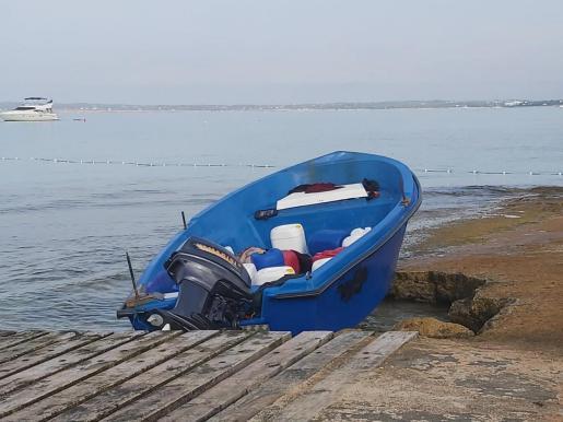 Imagen de la embarcación esta madrugada en Formentera.