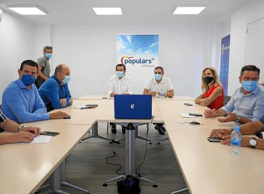 Junta Directiva Insular del PP ayer en Ibiza, con los presidentes regional e insular y el presidente del Consell.