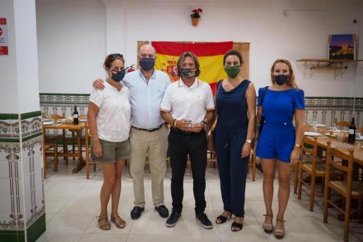 El líder de Vox Baleares, Jorge Campos, ayer junto con representantes sindicales. Foto: MARCELO SASTRE