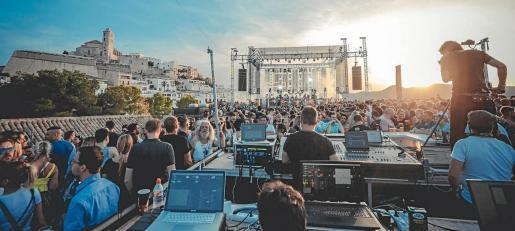 Imagen de archivo de uno de los festivales del International Music Summit (IMS), junto a la Catedral de Ibiza, antes de los efectos de la pandemia del coronavirus.