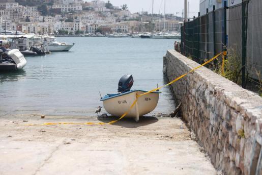 La patera que la noche del sábado al domingo llegó al puerto de Ibiza.