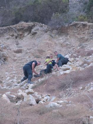 Momento en el que los agentes rescatan a uno de los menores.