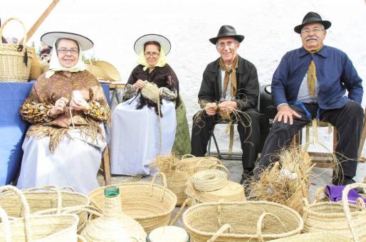 Un grupo de artesanos, en la Fira del Puig de Missa.