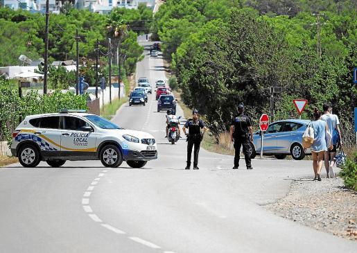 La Policía Local de Sant Josep cerró el acceso a la zona tras comprobar el exceso de aforo con un dron de vigilancia.