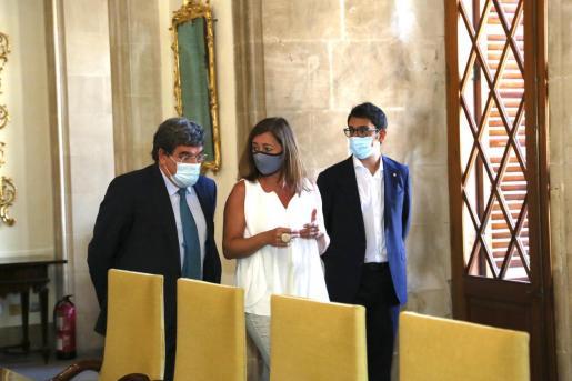 El ministro de Inclusión, Seguridad Social y Migraciones, José Luis Escrivá, junto a Iago Negueruela y Francina Armengol.