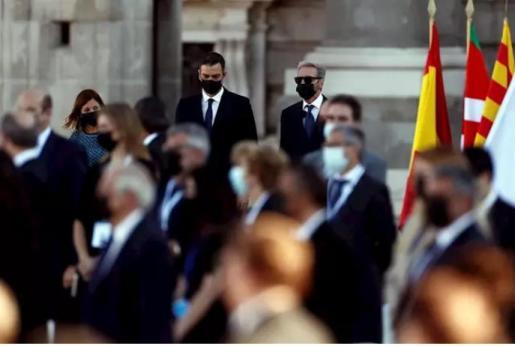 El presidente del Gobierno, Pedro Sánchez (c), durante el homenaje de Estado a las víctimas de la pandemia de coronavirus en el Patio de la Armería del Palacio Real en Madrid.