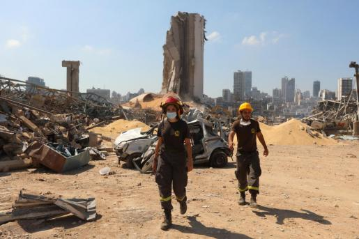 Miembros de Defensa Civil recorren la zona dañada.