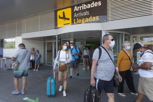 Turistas tras llegar al aeropuerto de Ibiza.