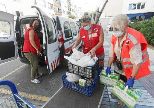 Carmen Navarro, Alexandra Salinas y Sister el pasado viernes cargando los alimentos que van a dar a los usuarios en la furgoneta.