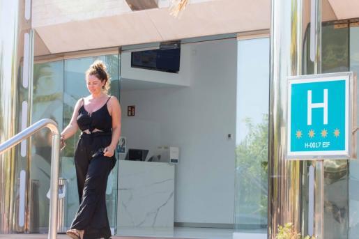 Una turista sale de un hotel en Ibiza.