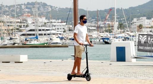 Un usuario de patinete eléctrico ayer en el puerto de Vila.