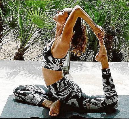 La modelo muestra uno de sus ejercicios de yoga.