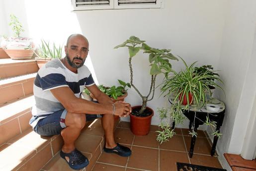 Leonardo Alfredo, sentado frente a la puerta de su casa en Santa Eulària.