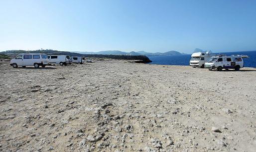 Autocaravanas y furgonetas ayer en Sa Figuera Borda, al lado de Platges de Comte.
