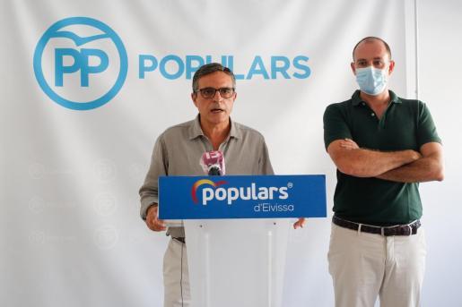 José Vicente Marí Bosó (izquierda) junto a Jacobo Varela durante la rueda de prensa.