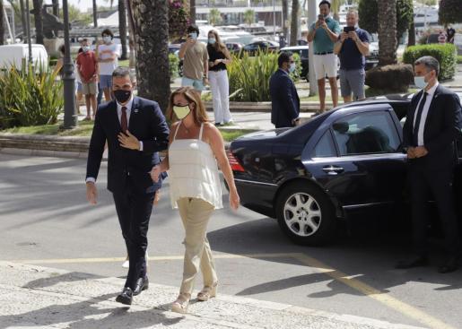 La presidenta recibió a Pedro Sánchez en el Consolat en una cita que se ha convertido en otra tradición del verano.