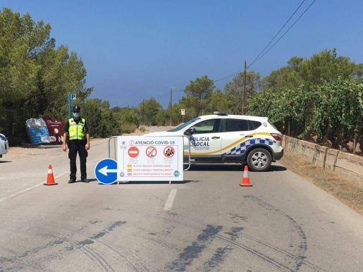 La Policiá Local de Sant Josep impide el acceso a la playa.