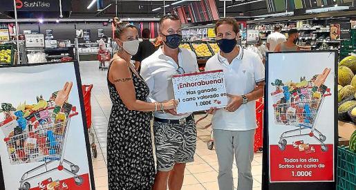El último ganador del carro solidario con el cheque de 1.000 euros.