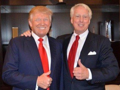 Robert Trump, a la derecha, junto a su hermano, el presidente de los Estados Unidos, Donald Trump.