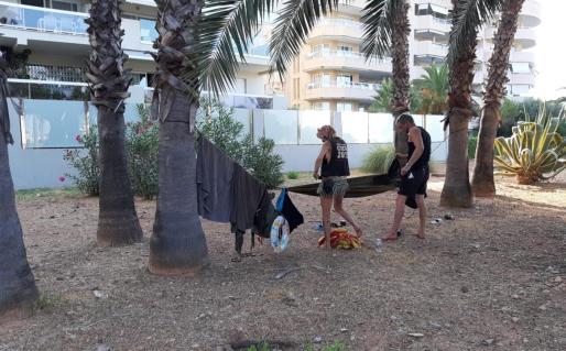 La pareja había amarrado una hamaca entre dos palmeras y por la zona tenían otros enseres.