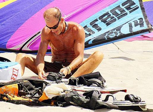 Kyril se prepara para realizar kitesurf.