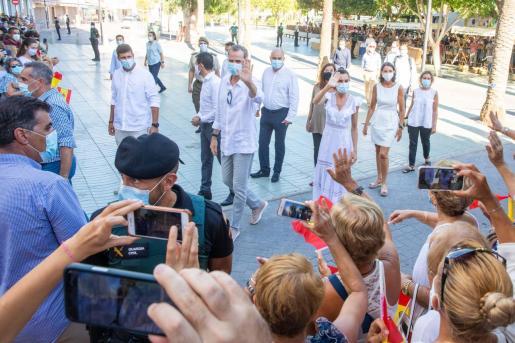Los reyes saludan a la multitud congregada en el Passeig de ses Fonts.