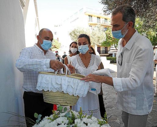 Imágenes de la entrega de los obsequios para las Infantas a los Reyes, el lunes en la visita oficial al municipio de Sant Antoni