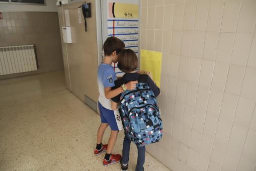 Dos niños, a las puertas de su aula, en el inicio del pasado curso.