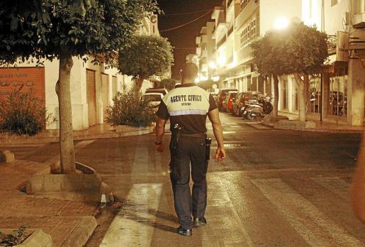 Un integrante del servicio de 'serenos' que habían contratado los hoteleros de Sant Antoni.