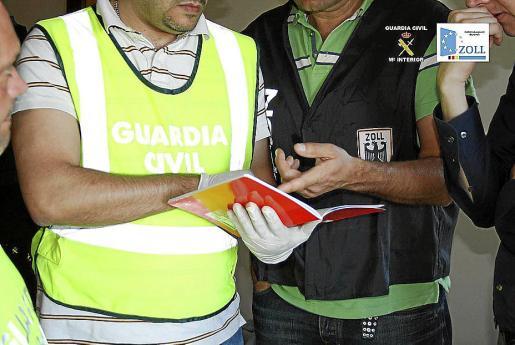 Dos de los agentes, español y alemán, que participaron en la operación.