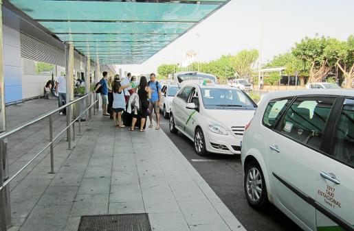 La parada de taxis de la terminal ibicencia recuperó ayer su funcionamiento habitual.